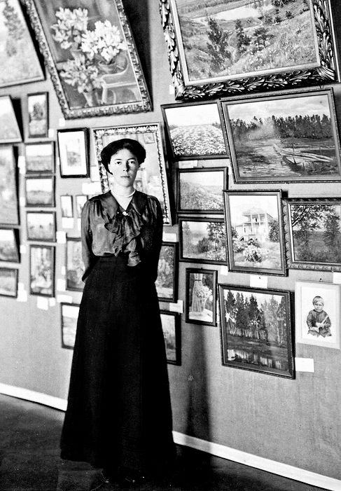 Olga-Aleksandrovna-s-pokazom-svoih-rabot-na-blagotvoritelnom-vystavke-v-ee-dvortse-1914