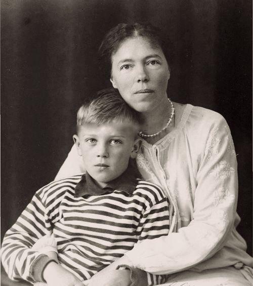 Velikaya-knyaginya-Olga-Aleksandrovna-Romanova-v-Danii-s-synom-Guriem
