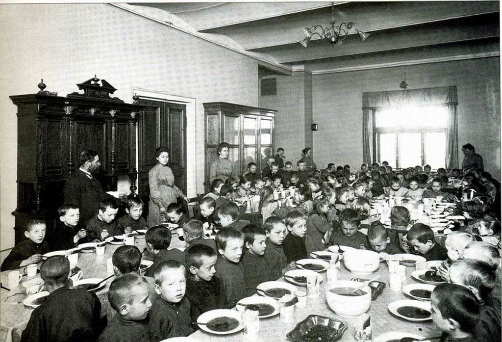Vospitanniki-za-obedom-v-stolovoj-Doma-prizreniya-i-remeslennogo-obrazovaniya-bednyh-detej-v-S.-Peterburge.-Nachalo-1990-h-gg.